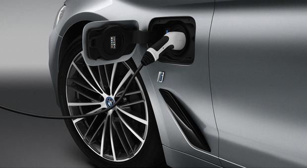 BMW 530e, la casa di Monaco attacca la spina alla Serie 5 e la trasforma in ibrida plug-in