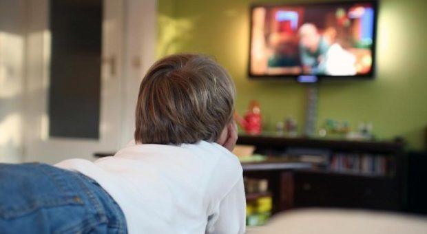 La tv in camera da letto dei bambini fa ingrassare, soprattutto le femmine
