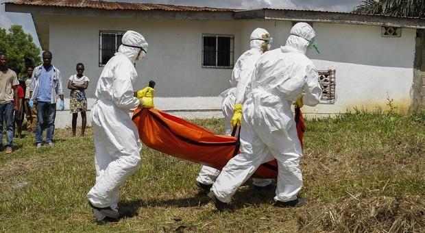 Una vittima di Ebola portata via da casa in Congo