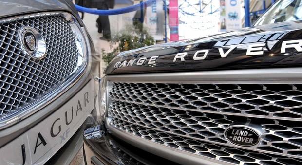 Un modello Jaguar e uno Land Rover