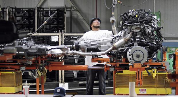 Un operaio al lavoro in una fabbrica di auto