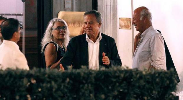 immagine Mara Venier a cena con il marito Nicola Carraro in centro a...