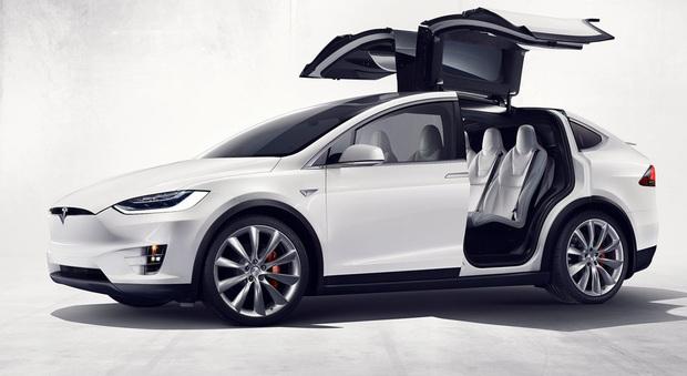 L'originale Tesla Model X con le portiere ad ali di gabbiano