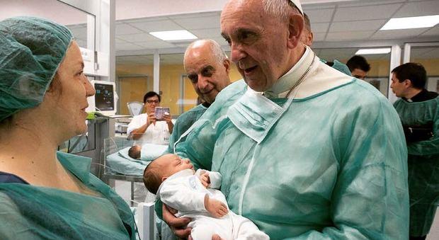 Il messaggio del Papa: sì alla poppata in pubblico