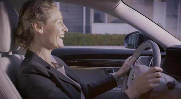 Una conference call stando al volante è ora possibile nelle Volvo Serie 90 con Skype for Business