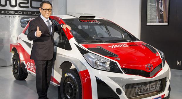 Akio Toyoda, presidente e ceo di Toyota a fianco la Yaris WRC che parteciperà al mondiale rally 2017