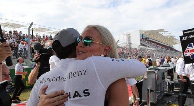immagine Hamilton tra le celebrity, l'abbraccio con Lindsay Vonn