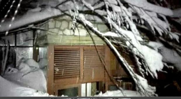"""""""Hotel Rigopiano in parte crollato per la slavina"""". Soccorritori a 6 km, due persone in salvo, sms disperati"""