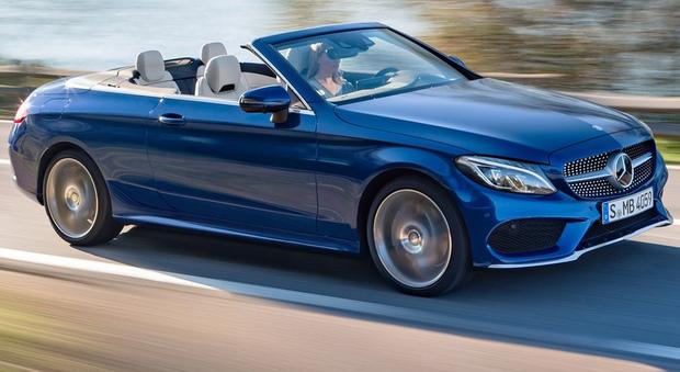 Al Salone di Ginevra Mercedes-Benz esibisce la prima Classe C Cabrio della storia, la gemella della Coupé con la quale condivide motori, telaio e misure, tipo i 4,68 metri di lunghezza ed i 2,84 metri di passo
