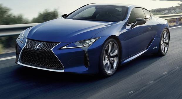 La LC è la Lexus più rigida di sempre, monta pneumatici runflat come la SC del 2001 e adotta il nuovo ibrido Multi Stage. Il sistema è composto da un V6 3.5 da 299 cv e da una trasmissione che incorpora due motogeneratori, collegati ad una batteria al