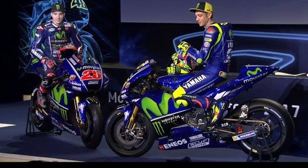 Valenti Rossi ed il compagno di squadra Maverik Vinales presentano la nuova Yamaha M1