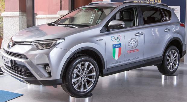 Un Rav 4 con ll logo Coni e Toyota