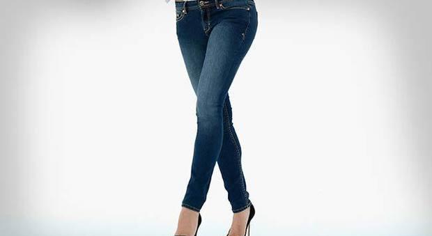 """Mal di schiena, """"colpa"""" di jeans attillati e scarpe aperte"""