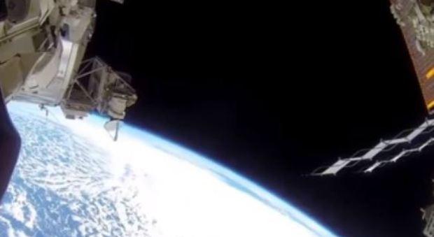 Gli astronauti americani a spasso nello spazio fuori dalla Iss
