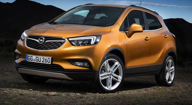 """Le differenze rispetto alla Mokka senza """"X"""" sono soprattutto tecnologiche, anche se dal punto di vista estetico il suv tedesco è stato reso più maschio e con quelle che Opel annuncia come """"reali funzionalità fuoristradistiche"""". Sotto il cofano"""