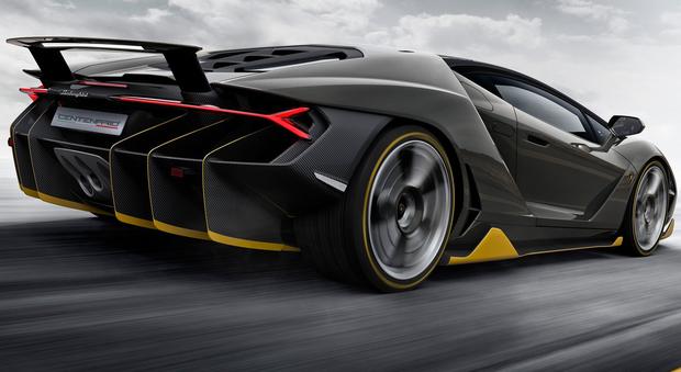 Il V12 della centenario è un 6.5 litri da 770 cv che spinge questo bolide oltre i 350 km/h, accelerando da 0 a 100 in 2,8 secondi.