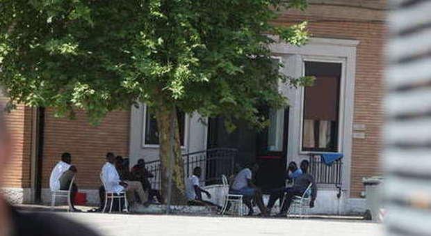 Alzare il tetto di profughi nell 39 ex caserma serena - Alzare tetto casa ...