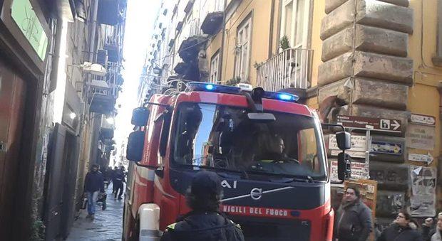 Napoli, le fioriere bloccano il soccorso dei pompieri