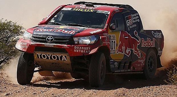 La Toyota Hilux danneggiata di Nasser Al-Attiyah costretto al ritiro mentre tenta di arrivare al traguardo