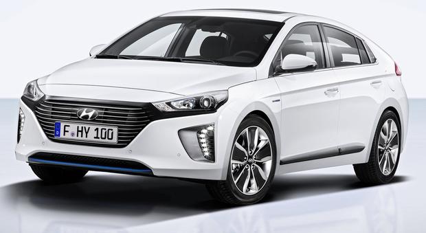 La Ioniq è la prima auto di serie che consente di scegliere fra tre differenti motorizzazioni elettriche, rendendo accessibile la tecnologia a zero e basse emissioni.