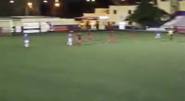VIDEO CHOC - Maxi rissa alla partita di calcio: due padri si picchiano davanti ai bambini