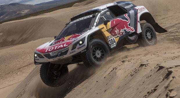 La Peugeot 3008 DKR di Carlos Sainz impegnata in un difficile passaggio tra le dune