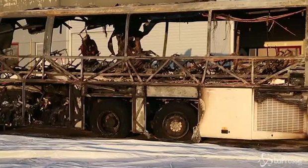 Schianto bus, le immagini del pullman bruciato nel Veronese