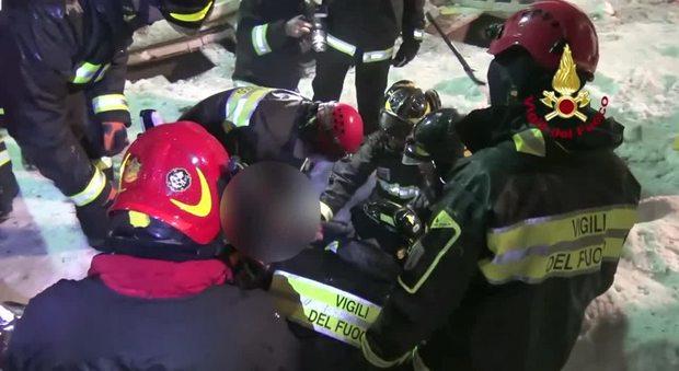Rigopiano, i tre bimbi salvati dai vigili del fuoco