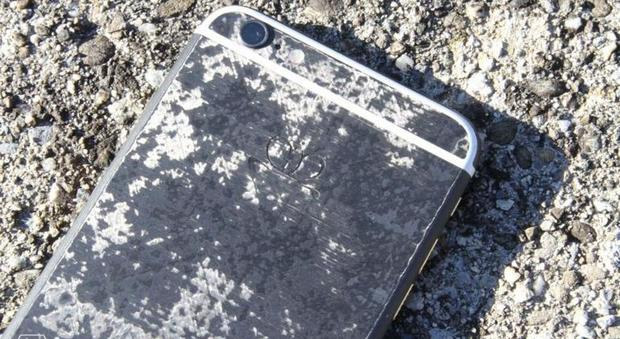 L'iPhone diventa indistruttibile: ecco il (costosissimo) melafonino in fibra di carbonio