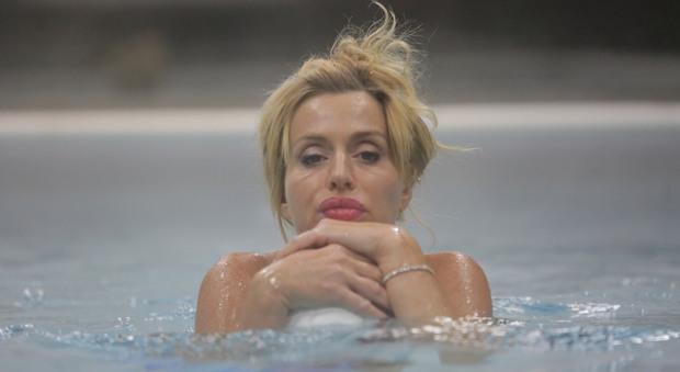 Valeria marini notte di pensieri in vasca con gabriele rossi - Grande fratello bagno ...
