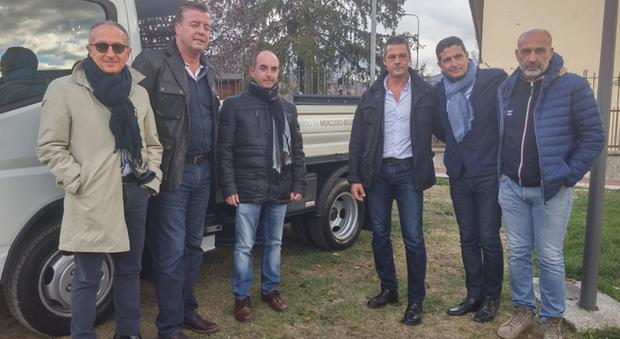 Il presidendente di Mercedes-Benz Italia Roland Schell è il secondo da sinistra, il sindaco di Accumoli Stefano Petrucci il terzo, Sergio Pirozzi sindaco di amatrice è il primo da destra