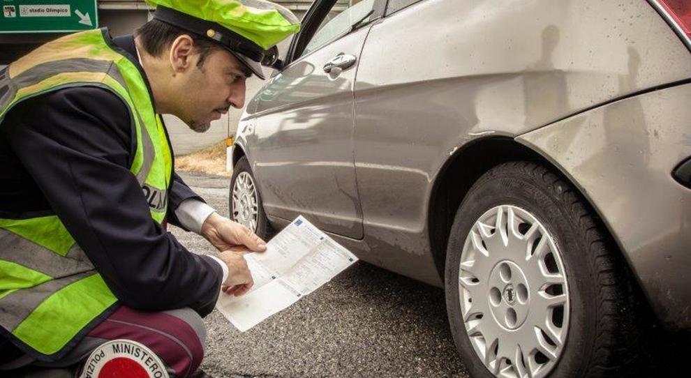 Un controllo degli pneumatici da parte della Polizia stradale