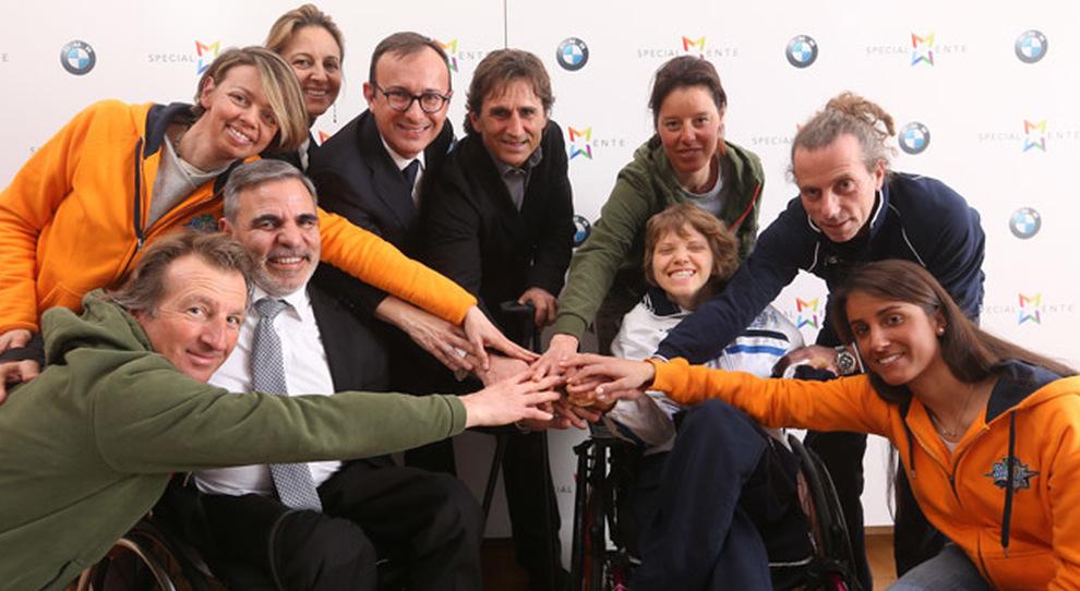 Al centro Alex zanardi ed il presidente di BMW Italia Sergio Solero con alcuni dei protagonisti del progetto SciAbile