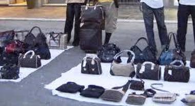 Boutique all'aperto con false griffe maxi sequestro a viale Italia