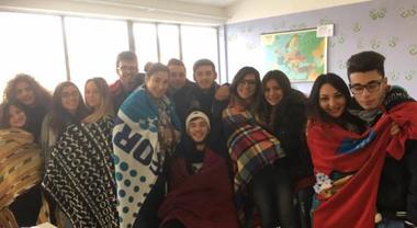 Aule fredde, protesta degli studenti entrano in classe avvolti nei plaid