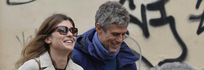 """Vittoria Puccini torna a sorridere, eccola col fidanzato Fabrizio: """"Conosciuto sul set"""" -Foto"""