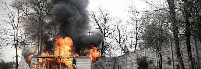 Chiude il campo rom di via Idro: i nomadi bruciano tutto per vendetta -Foto