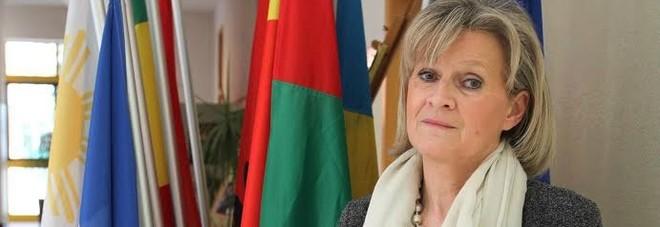 Paola Rizzo, preside della scuola media Casteller di Paese, accanto alle bandiere delle varie nazionalità dei suoi studenti