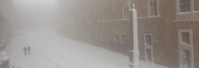 Urbino, fino ad un metro di neve nell'entroterra: scuole restano chiuse