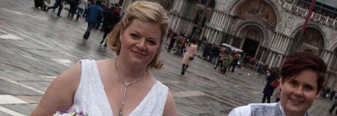 Amy e Nicole si dicono sì in gondola: cerimonia gay nella laguna di Venezia