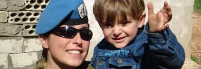 Addio a Stefania, la soldatessa che giocava a nascondino nelle missioni di pace -Foto