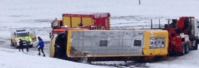 Francia, scuolabus sbanda e si ribalta: morti due bambini, altri 7 feriti -Foto