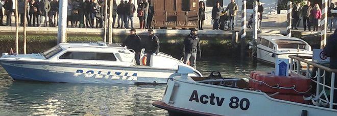 Si lancia in Canal Grande davanti  alla stazione: muore un 21enne  Stop al traffico acqueo