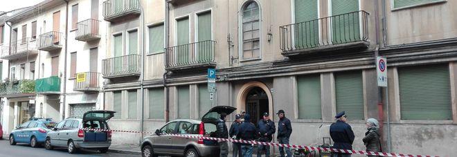 La polizia all'esterno della casa dove è stato trovato il cadavere