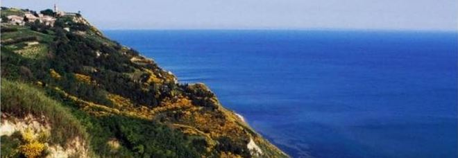 Il Telegraph: «Visitate Gabicce Mare» Ma la foto è di Fiorenzuola di Focara