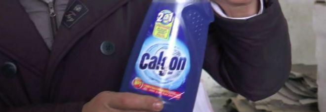 Scoperta fabbrica di detersivi contraffatti: acidi e veleni nel detergente intimo