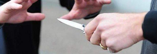 Minaccia il parroco con un coltello  e poi scappa con la sua auto