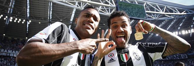 Juve, Dani Alves e Alex Sandro potrebbero finire in Premier League