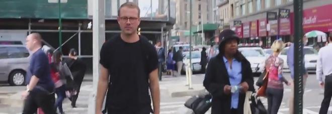 Dieci ore in giro per New York, la parodia al maschile del video della ragazza molestata
