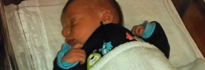 """Lascia il figlio neonato nella culla: all'alba lo trova sbranato dal cane. Linciata sui social: """"Assassina"""""""